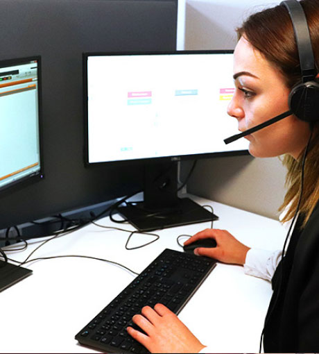 Une conseillère en ligne contacte la base de données pour prendre rendez-vous au Centre d'Essai Électrique
