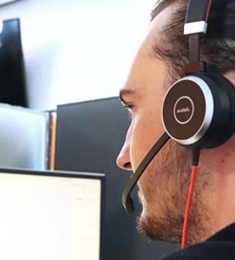 Un téléconseiller dans un call center