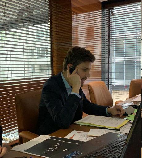 Un commercial est formé à distance au coaching téléphonique