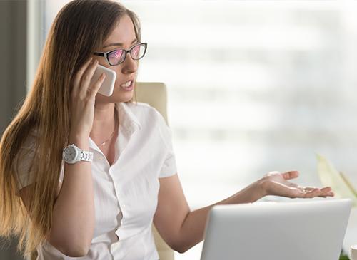 Une femme au téléphone traite une objection