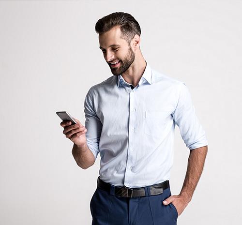 Un concessionnaire consulte son téléphone
