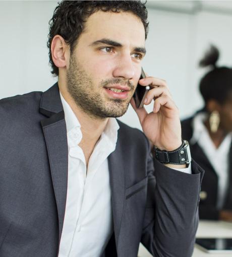 Un vendeur en appel avec un prospect