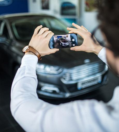 Une personne prend un véhicule en photo