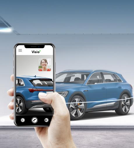 Un vendeur montre la voiture à une cliente en Visio-Live
