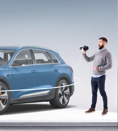 Un vendeur filme le véhicule pour les clients en direct