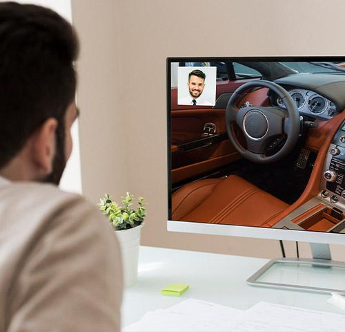 Un client participe à une visio et un vendeur présente un véhicule