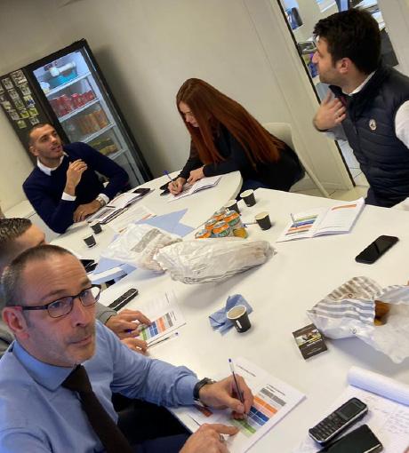 Le groupe en formation observe les progrès effectués grâce au coaching téléphonique