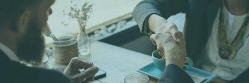 Poignet de main autour d'un café