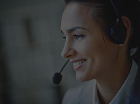 Une téléconseillère souriante en relation téléphonique