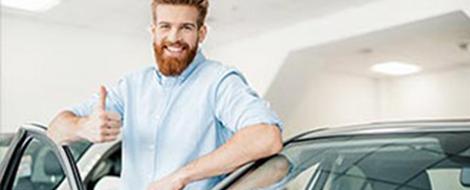 Un client heureux d'avoir acheté une voiture