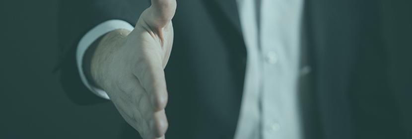 Un homme tend une poignet de main