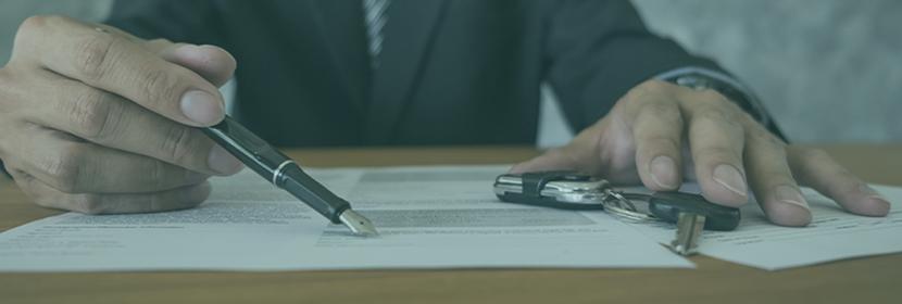 Un vendeur invite un client à signer un contrat de vente