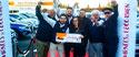 Des vendeurs fêtent les 31 voitures vendues pendant les Journées de l'Occasion