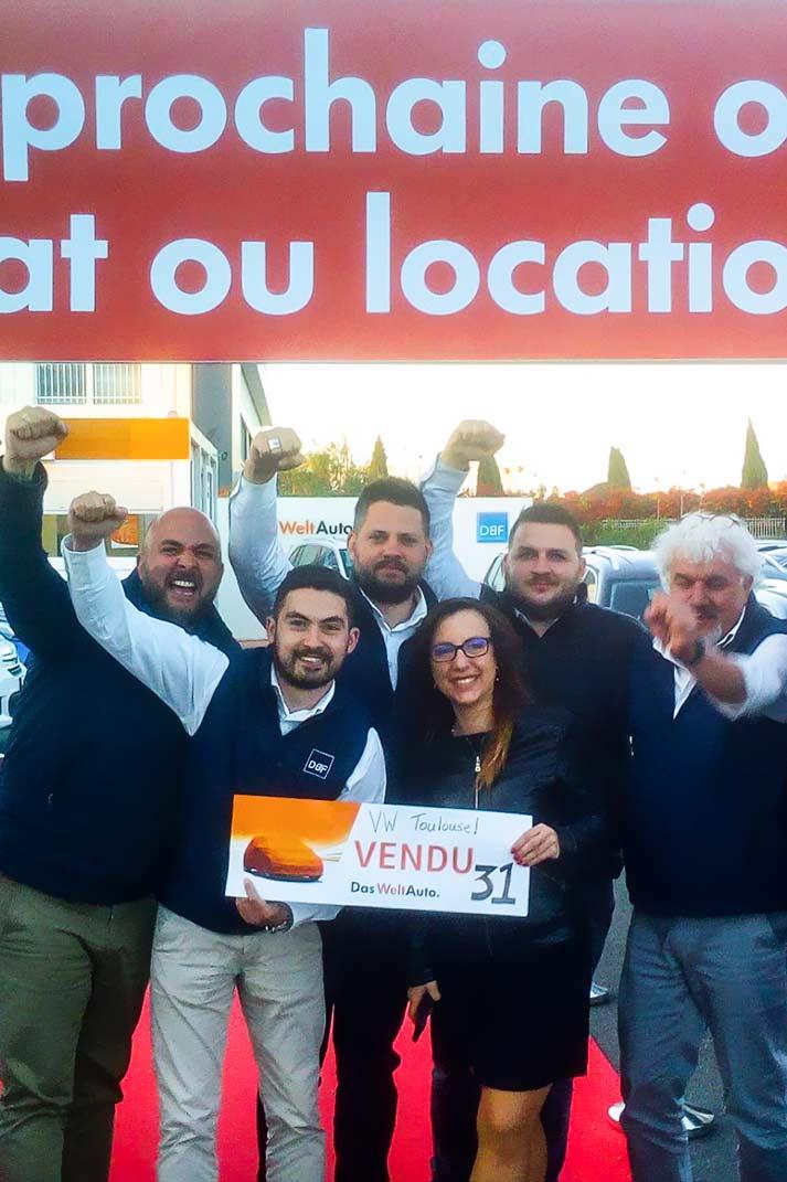 Des vendeurs très heureux d'avoir vendu 31 voitures pendant les Journées de l'Occasion