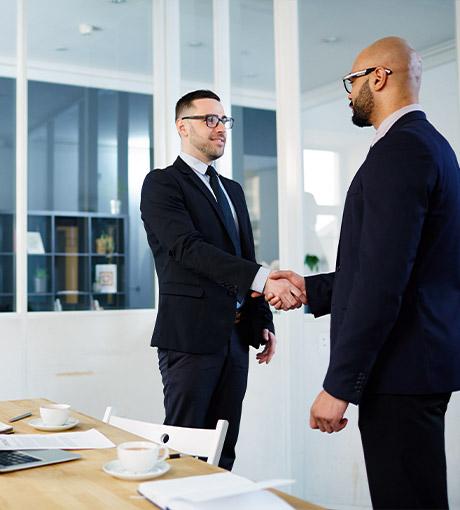 Poignet de main entre deux hommes d'affaires