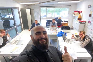 Un expert Upyourbizz travaille avec une équipe de concession