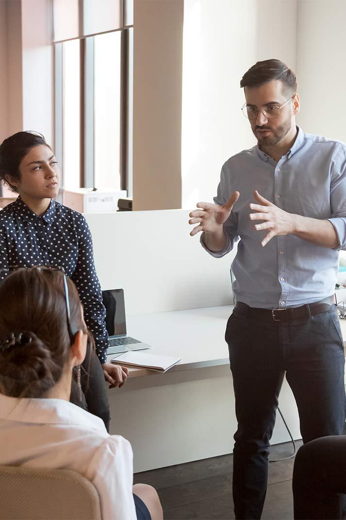 Un groupe discute de l'optimisation des leads en concession
