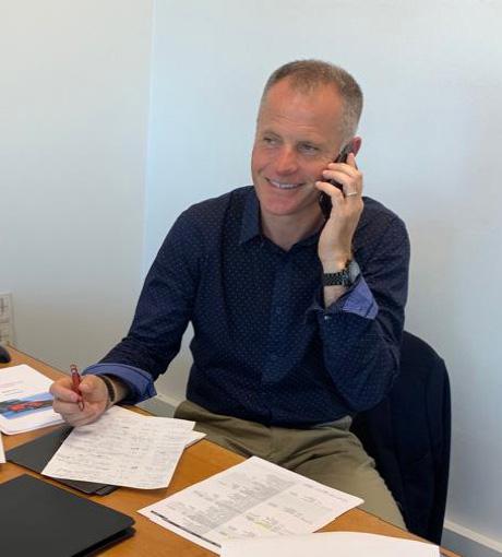 Un vendeur prépare son appel téléphonique