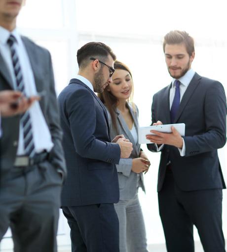 Des vendeurs en concession discutent de leur gestion des leads