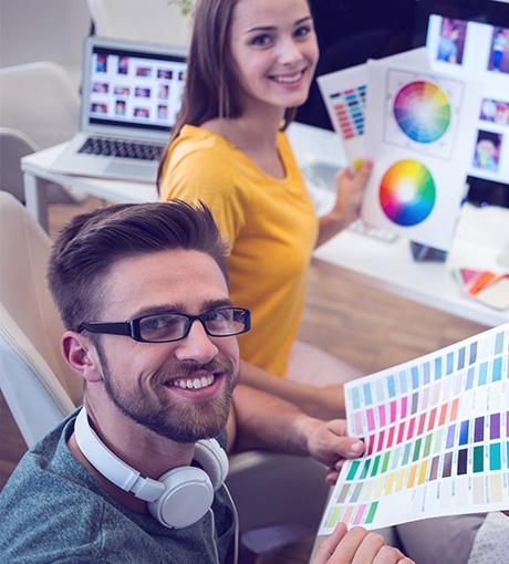 L'équipe de graphiste d'UpYourBizz personnalise les campagnes marketing à l'image des concessionnaires