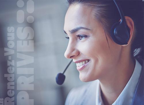 Une femme du call center UpYourBizz récolte les informations et prend rendez-vous