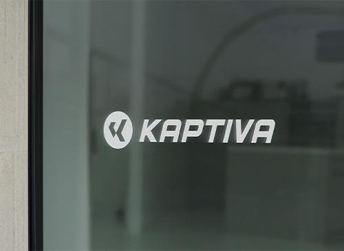 Logo Kaptiva affiché sur un écran de TV