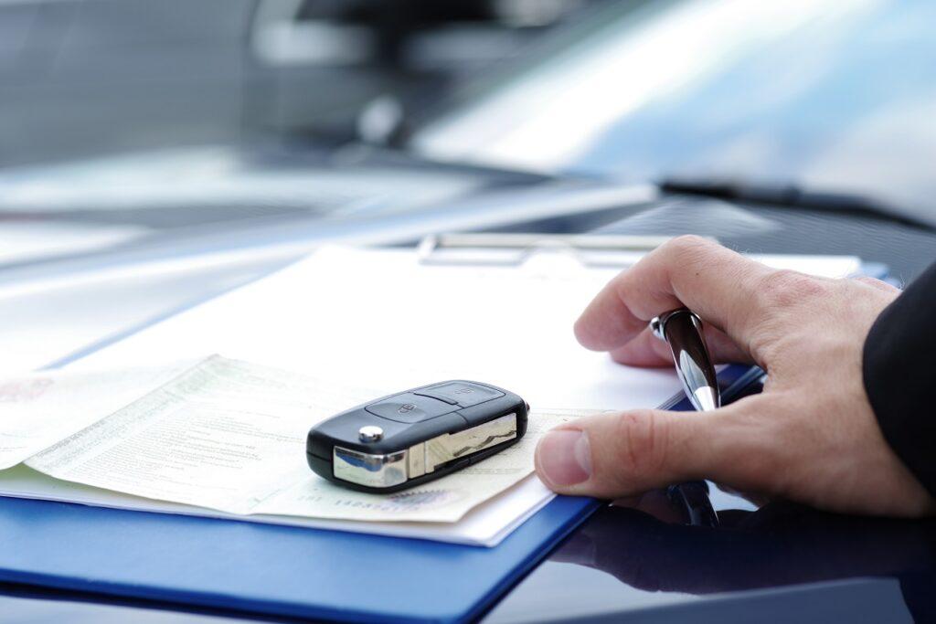 Signature d'un contrat pour la vente d'un véhicule