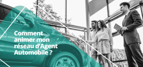 Un commercial d'une concession agent présente un véhicule à ses clients